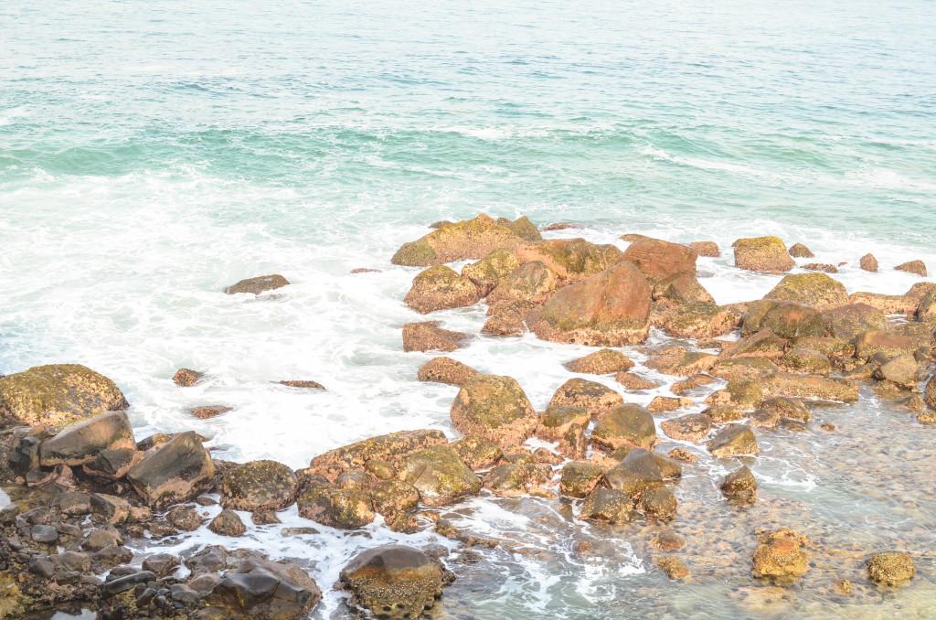 Фото камменого края островка Мириссы