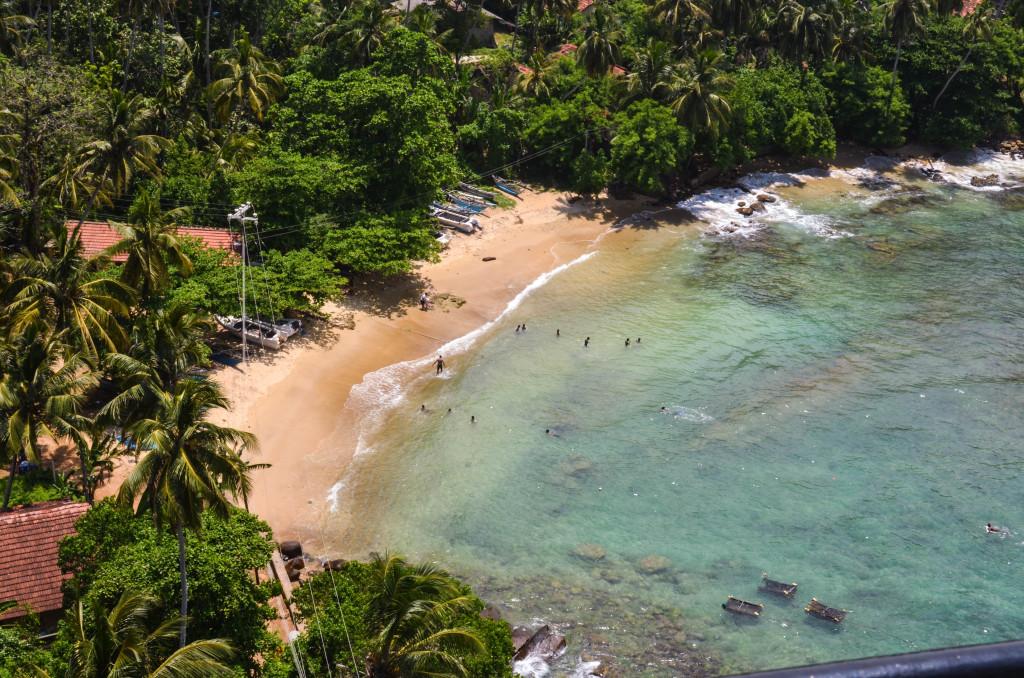 Пляж у маяка в Дондре