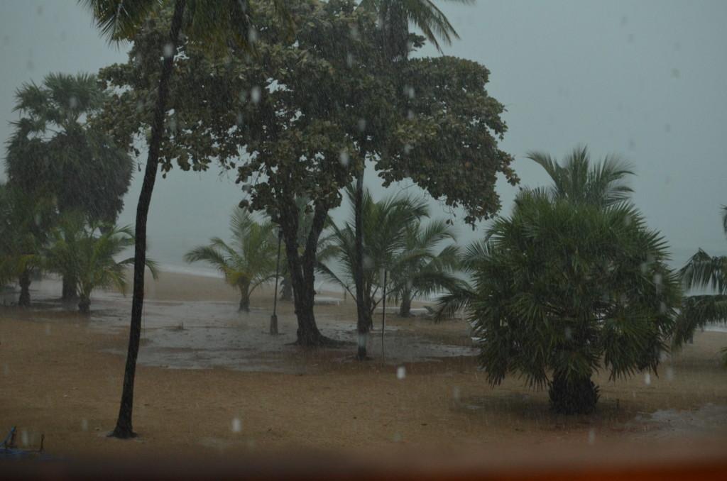 Пляж Chaya blue дождь