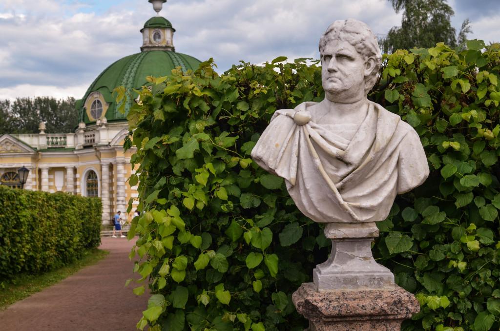 Памятник у грота в Кусково