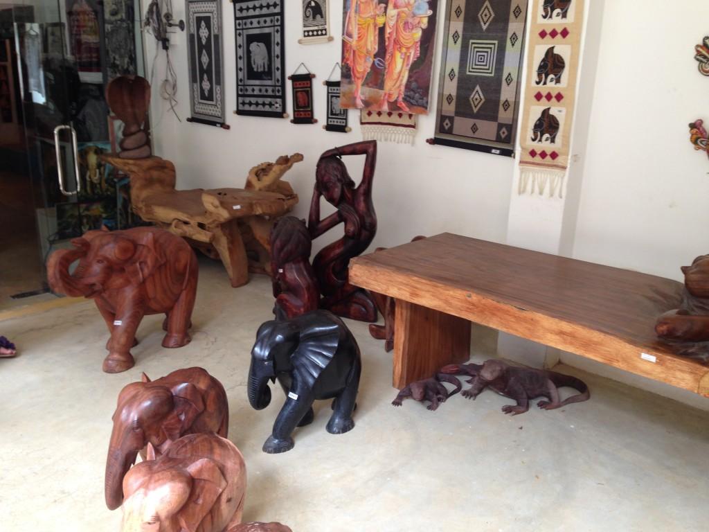 Сувенирные слоны в Пинавелле